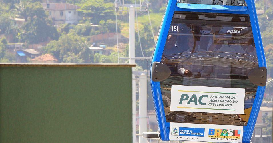 Lula anda no teleférico do Alemão