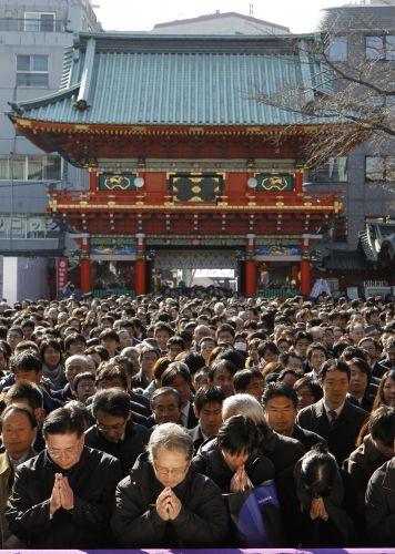 Japoneses rezam em Tóquio
