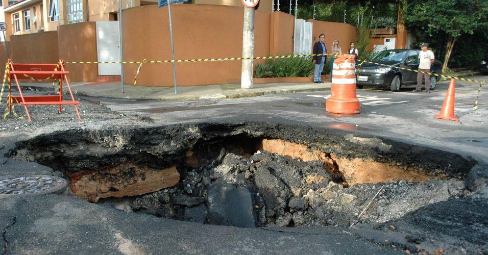 Chuva abre cratera em rua de SP