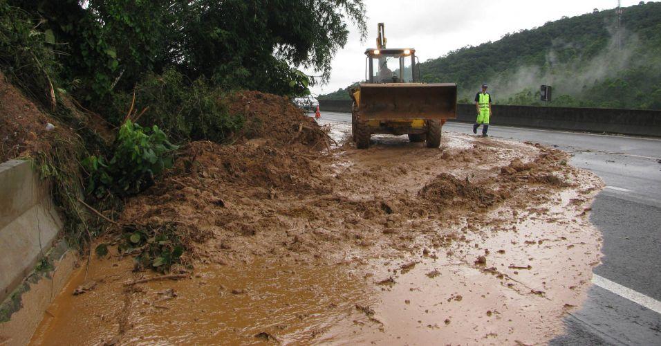 Chuva provoca queda de barreira
