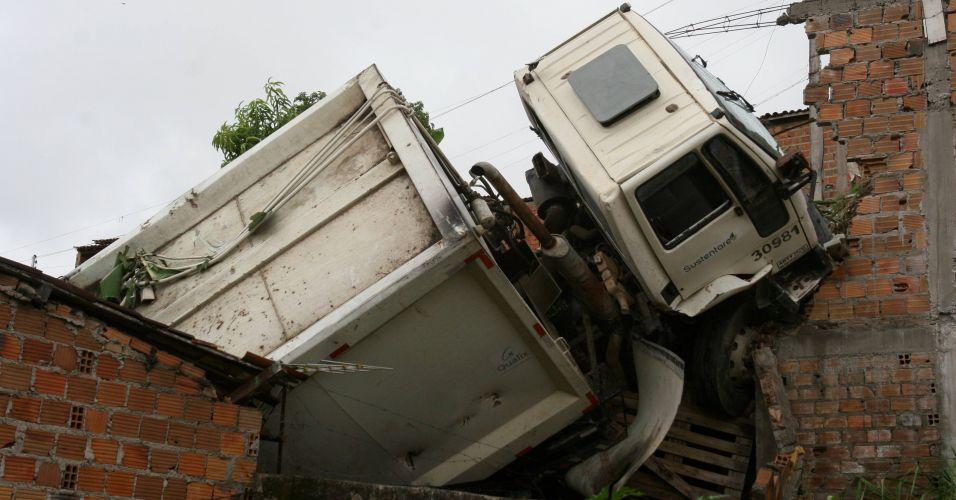 Caminhão invade casa na Bahia