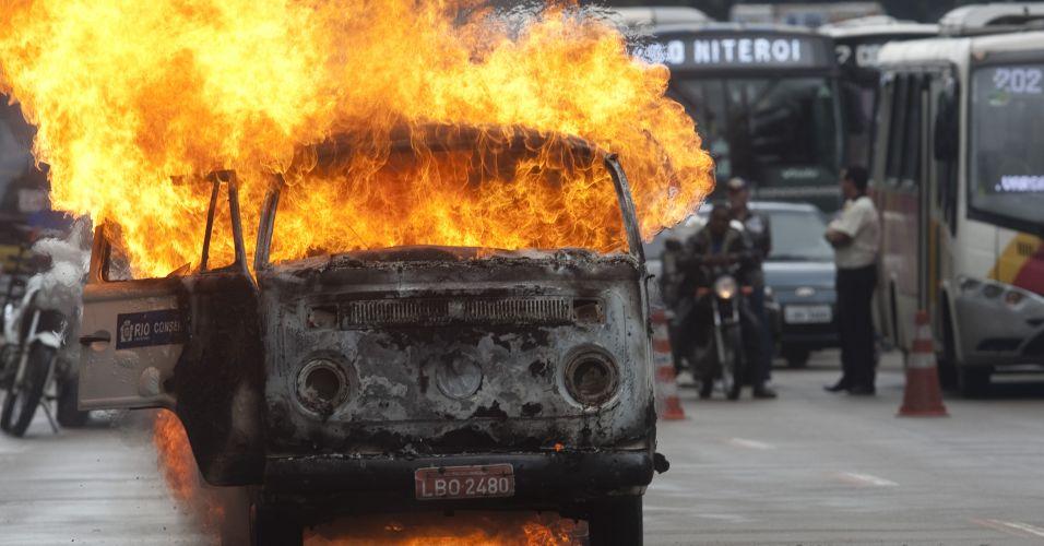 Kombi pega fogo no Rio