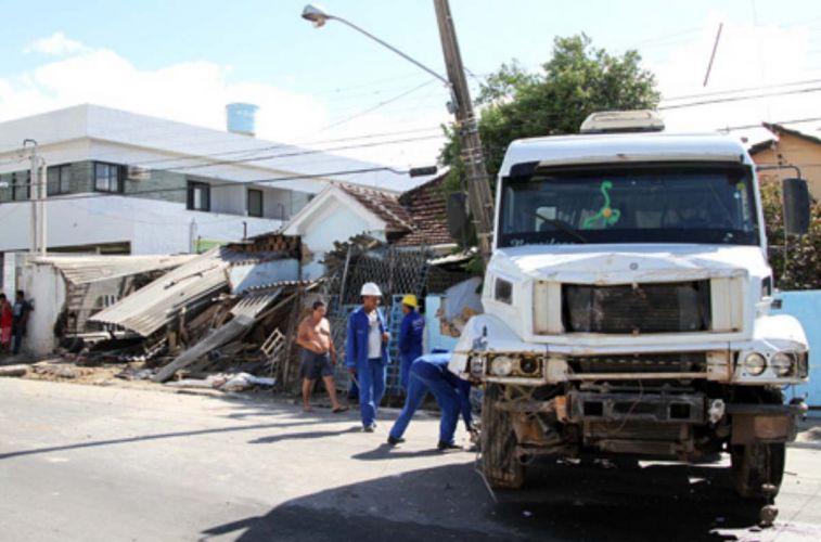 Caminhão invade casa