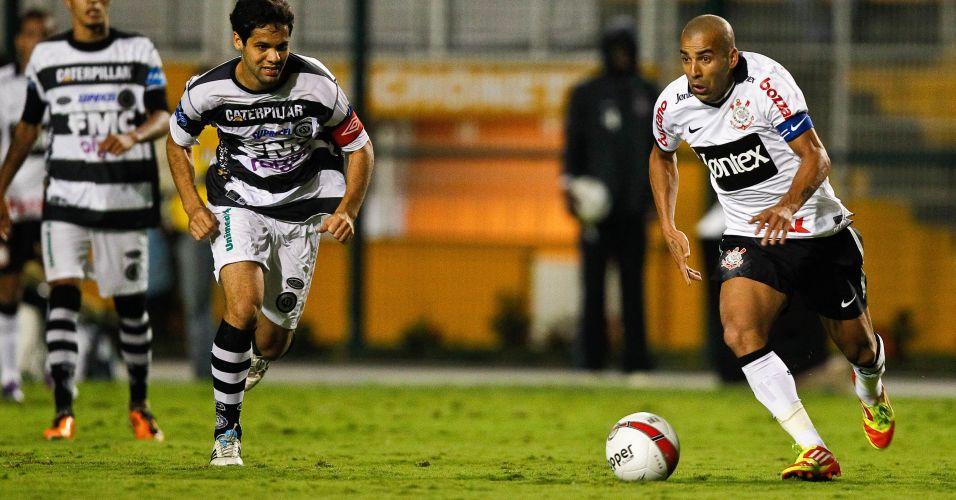 O jogador do Corinthians, Emerson Sheik, foi parado na blitz da Operação Lei Seca na Avenida Brasil, no Rio, e se recusou a fazer o teste do bafômetro. Sheik foi multado em R$ 957,70 e teve a carteira apreendida