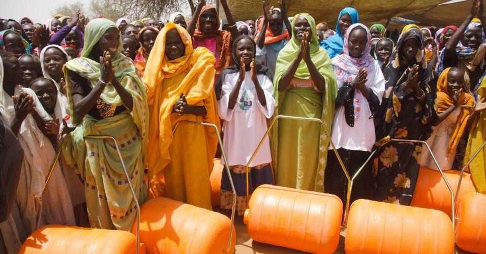 Distribuição de galões d'água em Darfur