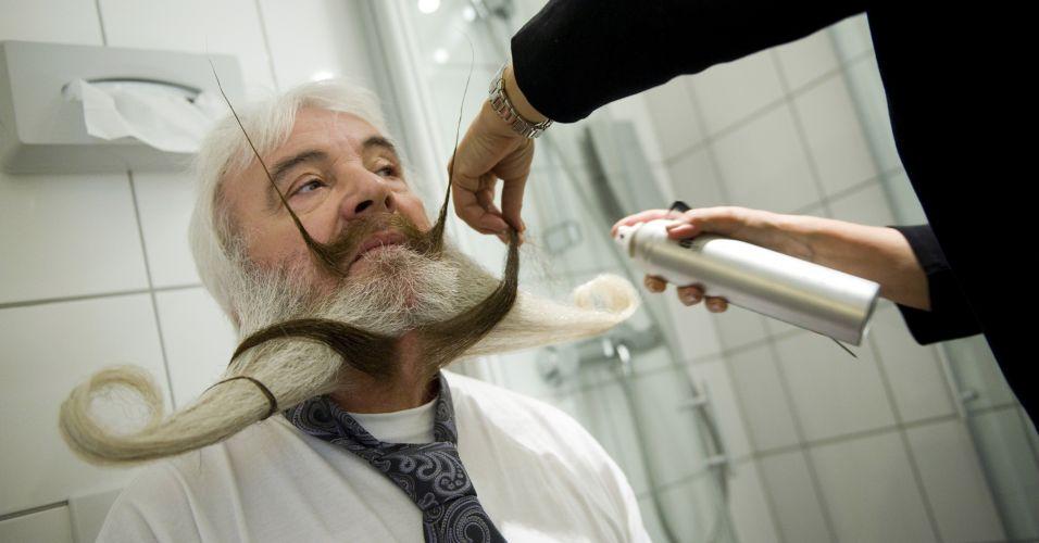 Pia Weis dá os retoques finais na barba do marido, o alemão Hans-Peter, um dos competidores do Campeonato Mundial de Barba e Bigode em Trondheim, na Noruega. São mais de 150 competidores concorrendo em 17 categorias, entre elas, melhor barba, bigode, melhor estilo imperial e estilo Garibaldi