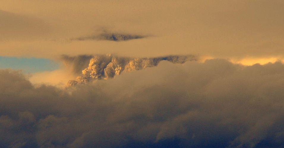 04.jun.2011 - Governo chileno decretou neste sábado alerta vermelho devido à intensa atividade sísmica detectada no complexo vulcânico Puyehue-Cordón Caulle, no sul do país. Cerca de 600 pessoas de quatro distritos próximos foram retirados de suas casas horas antes da erupção do vulcão