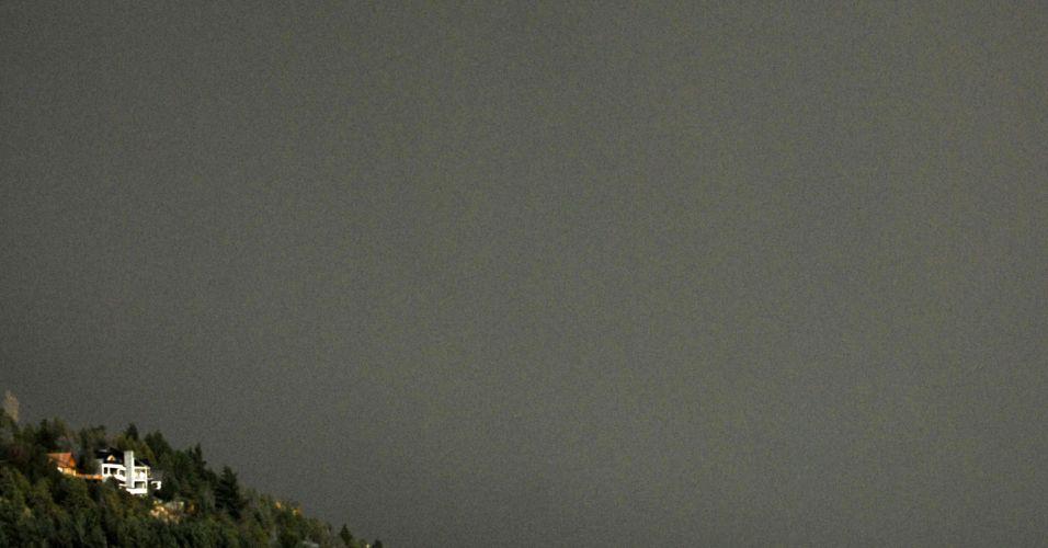 04.jun.2011 - Cinzas do vulcão chileno Puyehue tomaram as ruas de Bariloche (Argentina) neste sábado. Governo chileno decretou alerta vermelho devido à intensa atividade sísmica detectada no complexo vulcânico, no sul do país. Cerca de 600 pessoas de quatro distritos próximos foram retirados de suas casas horas antes da erupção