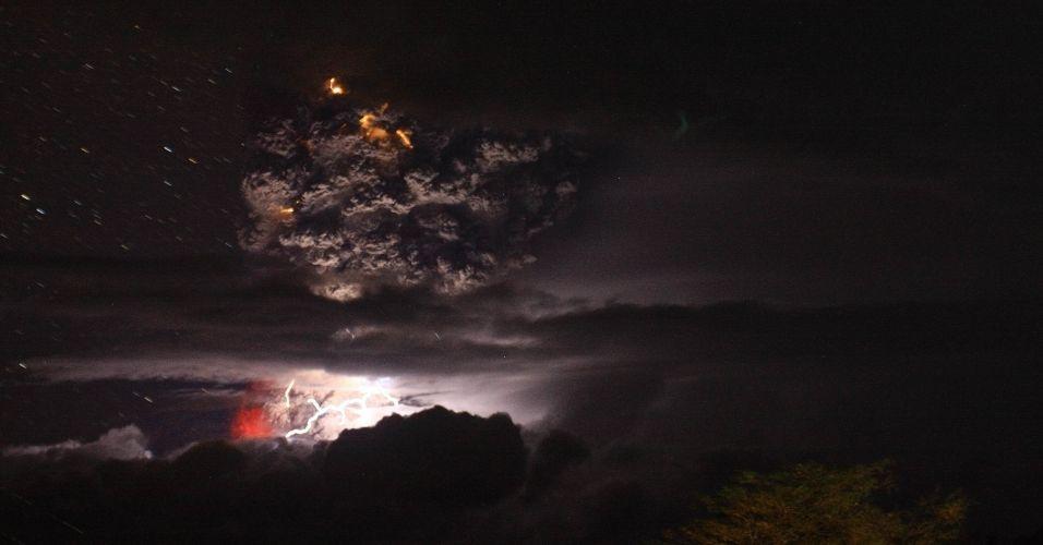 05.jun.2011 - Coluna de fumaça e cinzas do vulcão Puyehue, no sul do Chile é iluminada por raios na madrugada deste domingo. A coluna de cinzas vindas do vulcão Puyehue, no sul do Chile, que alcançou 10 km de extensão e cinco de largura -- e que chegou até a Argentina -- mudou de direção neste domingo, passando a mover-se em direção ao nordeste do país, o que fez aumentar o nível de alerta na zona rural chilena da região