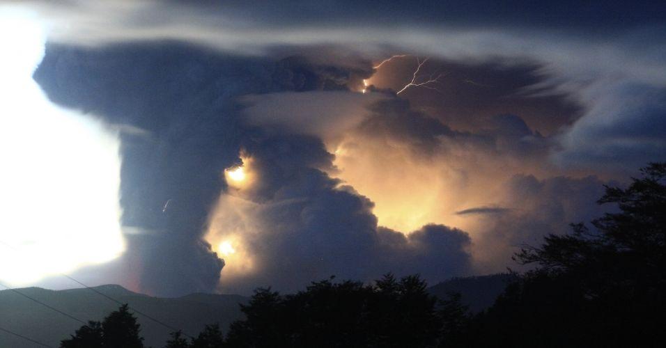 05.jun.2011 - Coluna de fumaça e cinzas do vulcão Puyehue, no sul do Chile é iluminada por raios neste domingo. A coluna de cinzas vindas do vulcão Puyehue, no sul do Chile, que alcançou 10 km de extensão e cinco de largura -- e que chegou até a Argentina -- mudou de direção neste domingo, passando a mover-se em direção ao nordeste do país, o que fez aumentar o nível de alerta na zona rural chilena da região