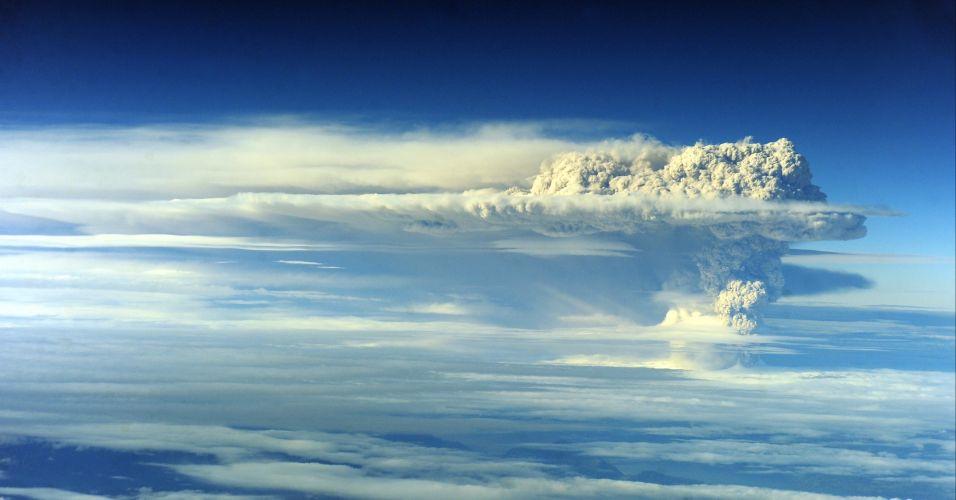 05.jun.2011 - A coluna de cinzas vindas do vulcão Puyehue, no sul do Chile, que alcançou 10 km de extensão e cinco de largura -- e que chegou até a Argentina -- mudou de direção neste domingo, passando a mover-se em direção ao nordeste do país, o que fez aumentar o nível de alerta na zona rural chilena da região