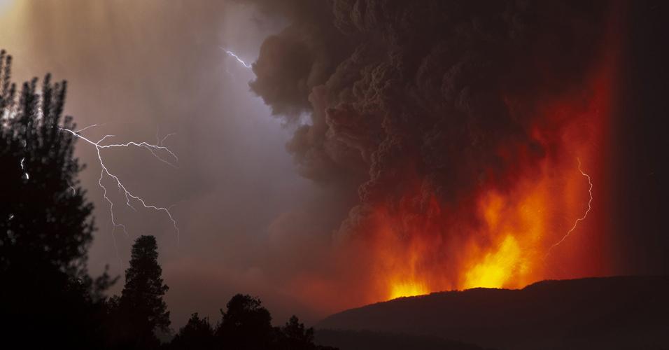 6.jun.2011 -A nuvem de cinzas do vulcão chileno Puyehue-Caulle avançou neste domingo para a Patagônia argentina, como as cidades da província de Chubut, Trelew e Puerto Madryn, na costa atlântica. As cinzas do vulcão que entrou em erupção no Chile no final de semana podem chegar ao Sul do Brasil nos próximos dias. Segundo o meteorologista Flávio Varone, do Inmet-RS (Instituto Nacional de Meteorologia), a chuva que está prevista para amanhã (7) em todo o Rio Grande do Sul pode vir misturada com fuligem