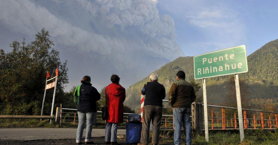 6.jun.2011 - O vulcão Puyehue, que forma parte da cadeia Puyehue-Cordón Caulle, perto da fronteira com a Argentina, entrou em erupção no sábado e grandes colunas de fumaça podem ser vistas de longe