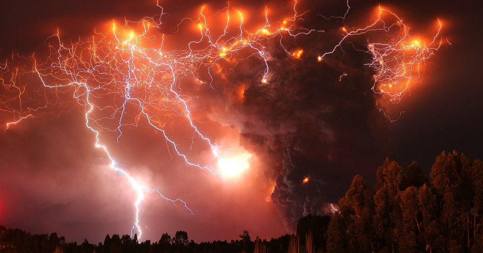 6.jun.2011 - Vários raios saem de nuvens de cinzas expelidas pelo vulcão Puyehue. Em consequência das erupções, as autoridades chilenas ordenaram a retirada de aproximadamente 3.500 pessoas que moravam na área do vulcão, Bariloche ficou embaixo de cinzas e pelo menos duas companhias aéreas anunciaram cancelamentos de voos