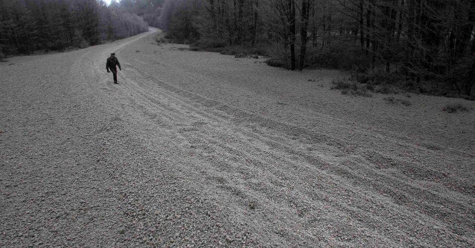 6.jun.2011 - Policial caminha por estrada coberta pelas cinzas do vulcão chileno Puyehue, perto da fronteira Cardenal Samoré, entre a Argentina e o Chile