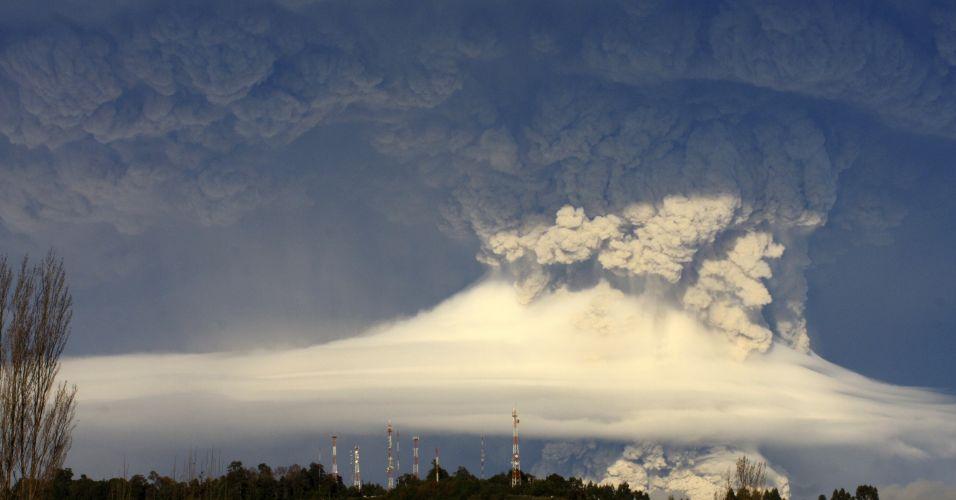 6.jun.2011 - A nuvem de cinzas do vulcão chileno Puyehue avançou neste domingo para a Patagônia argentina, como as cidades da província de Chubut, Trelew e Puerto Madryn, na costa atlântica.