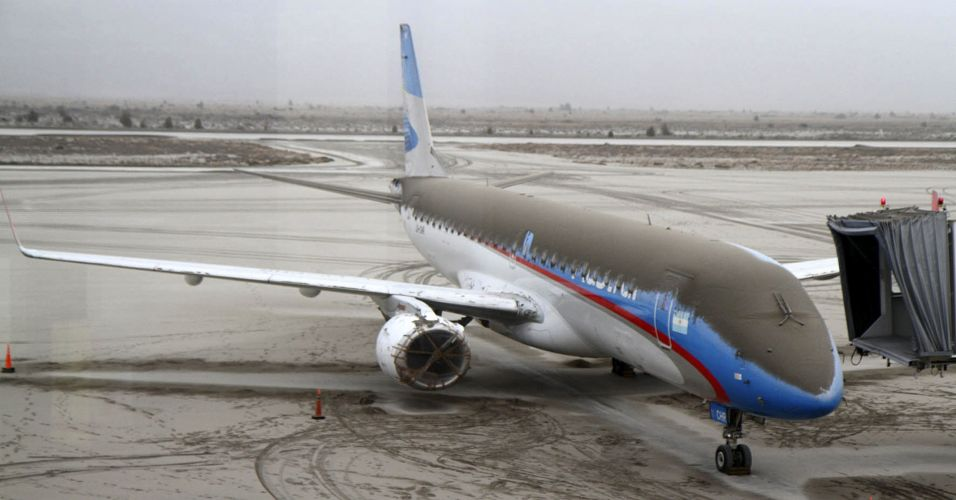 6.jun.2011 -Avião coberto com as cinzas do vulcão Puyehue em Bariloche, na Argentina. A nuvem de cinzas do vulcão chileno, que entrou em erupção no último sábado, afeta os voos que chegam e partem de Buenos Aires