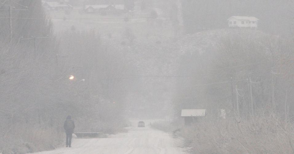 6.jun.2011 - Homem caminha por estrada coberta pelas cinzas do vulcão Puyehue em San Martin dos Andes, na Patagônia, Argentina