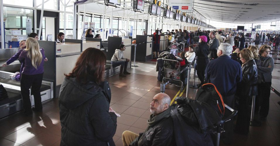 09.jun.2011 - Passageiros aguardam no aeroporto internacional de Pudahuel, em Santiago. O país também foi afetado pelo vulcão chileno Puyehue, que obrigou países como Argentina, Paraguai e Brasil a cancelarem dezenas de voos