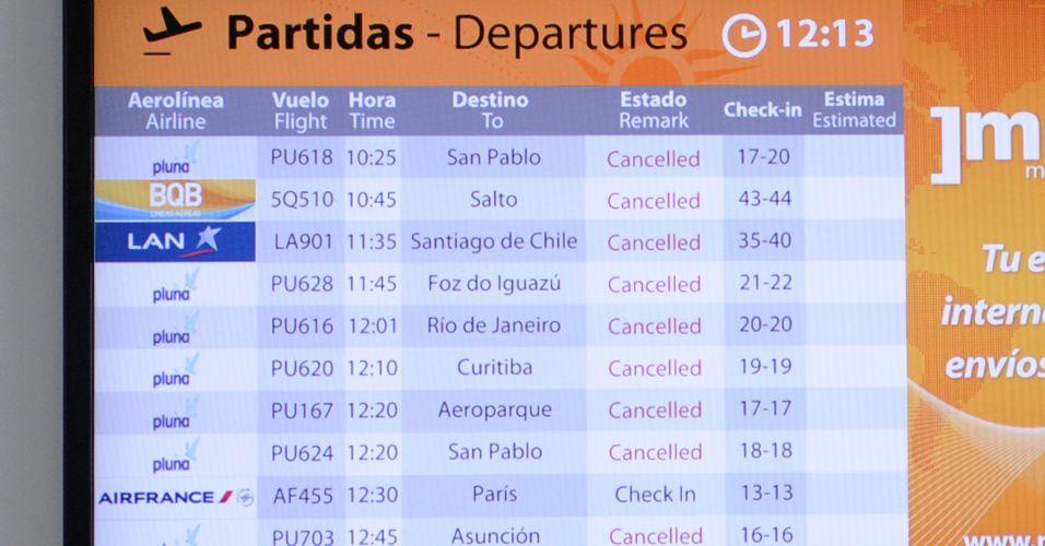 09.jun.2011 - Painel no aeroporto internacional de Montevideú mostra voos cancelados devido à nuvem de cinzas do vulcão chileno Puyehue
