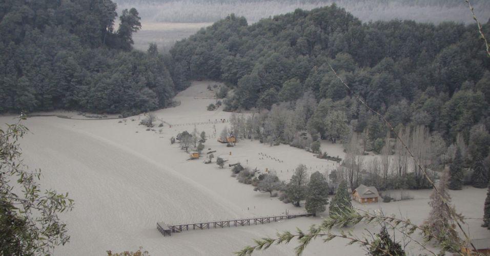12.jun.2011 - Cinzas lançadas pelo vulcão Puyehue-Cordón Caulle cobrem região de Paso Cardenal Samore, na fronteira entre Argentina e Chile
