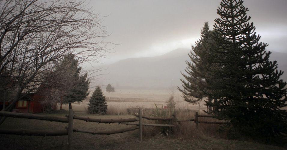 12.jun.2011 - Campo fica coberto com cinzas do vulção da cadeia Puyehue-Cordón Caulle em San Martin de Los Andes, na Patagônia, Argentina