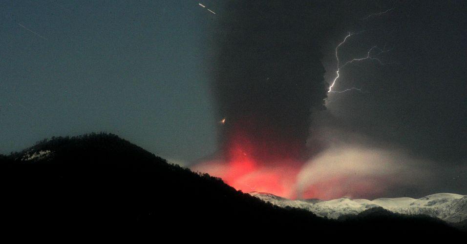 12.jun.2011 - Relâmpagos cortam o céu sobre o vulcão Puyehue-Cordón Caulle, no Chile