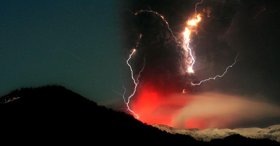 12.jun.2011 - Vulcão Puyehue-Cordón Caulle, no Chile, expele cinzas neste domingo
