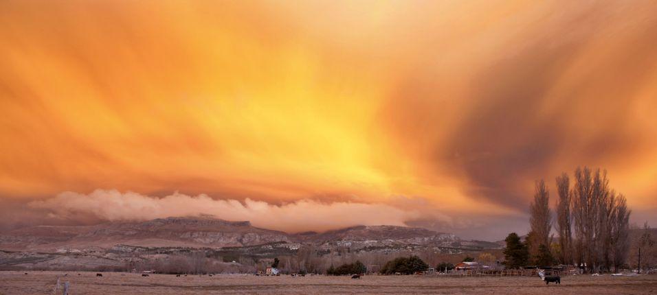 12.jun.2011 - Nuvem de cinzas lançadas pelo vulcão Puyehue-Cordón Caulle é iluminada pela luz do entardecer, em San Martin de Los Andres, na Patagônia, na Argentina