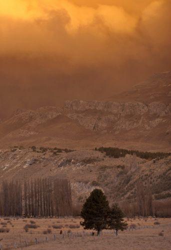 12.jun.2011 - Nuvem de cinzas lançadas pelo vulcão Puyehue-Cordón Caulle é iluminada pela luz do sol ao entardecer, em San Martin de Los Andres, na Patagônia, na Argentina