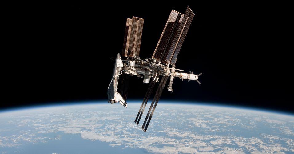 Ônibus espacial acoplado na Estação Espacial