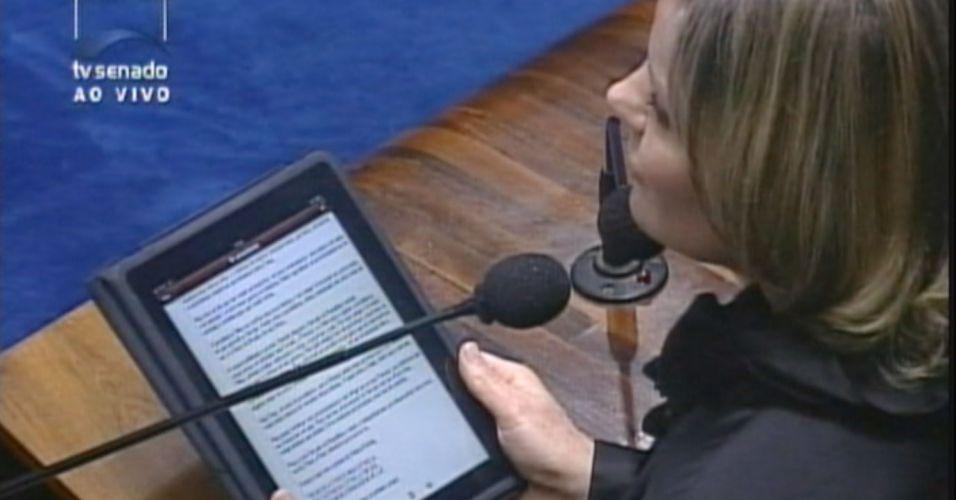 Gleisi lê discurso no iPad