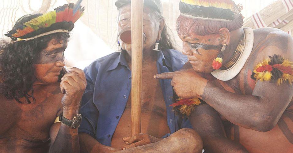 Raoni e outros líderes indígenas