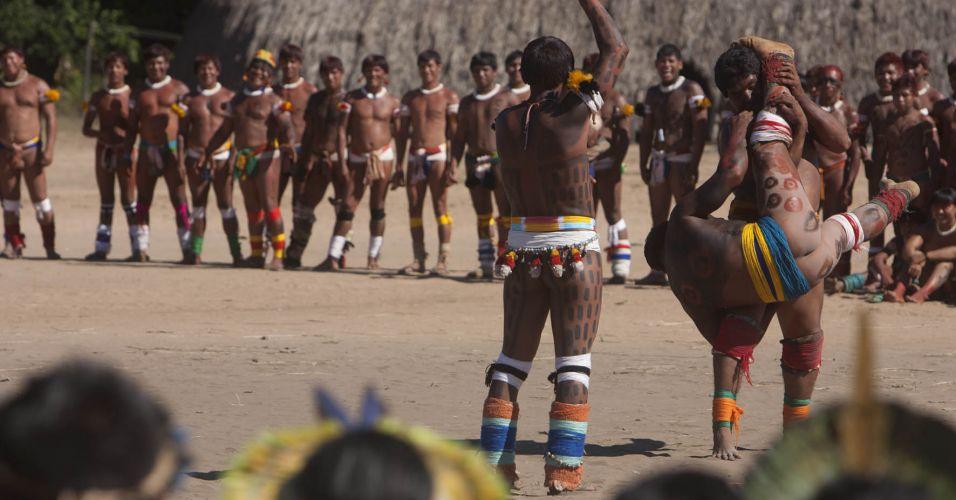 Índios assistem o huka huka