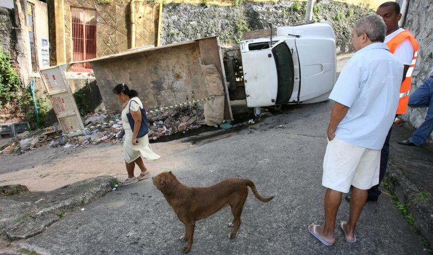 Caminhão capota em Salvador