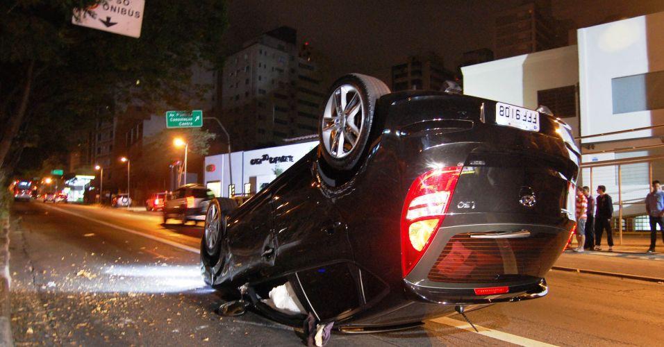 Um carro capotou na avenida Rebouças em São Paulo, sentido centro, na madrugada desta terça-feira (9)