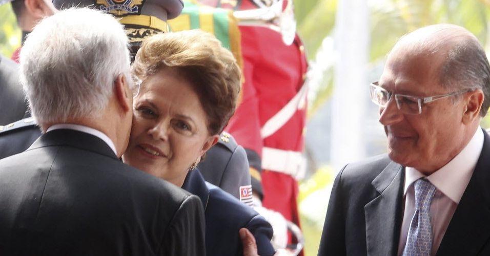Dilma e FHC se cumprimentam