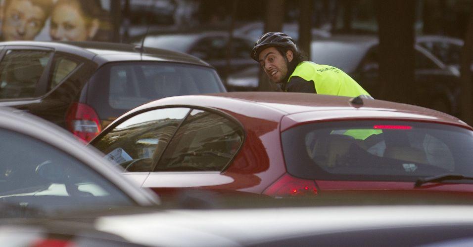 No Dia Mundial Sem Carro, ciclista trafega entre os carros no trânsito intenso das ruas de Madri, na Espanha