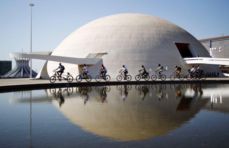 Ciclistas promovem o uso da bicicleta durante o Dia Mundial Sem Carro em frente ao Museu da República, em Brasília