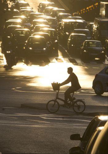 Ciclista atravessa avenida em Madri, capital da Espanha. No Dia Mundial Sem Carro, o trânsito continuou intenso