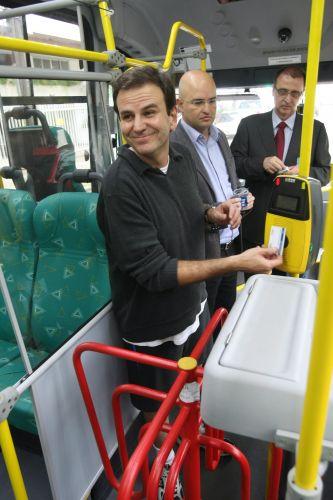 Prefeito do Rio de Janeiro, Eduardo Paes, faz o percurso de casa ao trabalho de ônibus, em homenagem ao Dia Mundial Sem Carro, comemorado nesta quinta-feira (22). O prefeito recebeu um cartão para passar na catraca, mas estava inválido