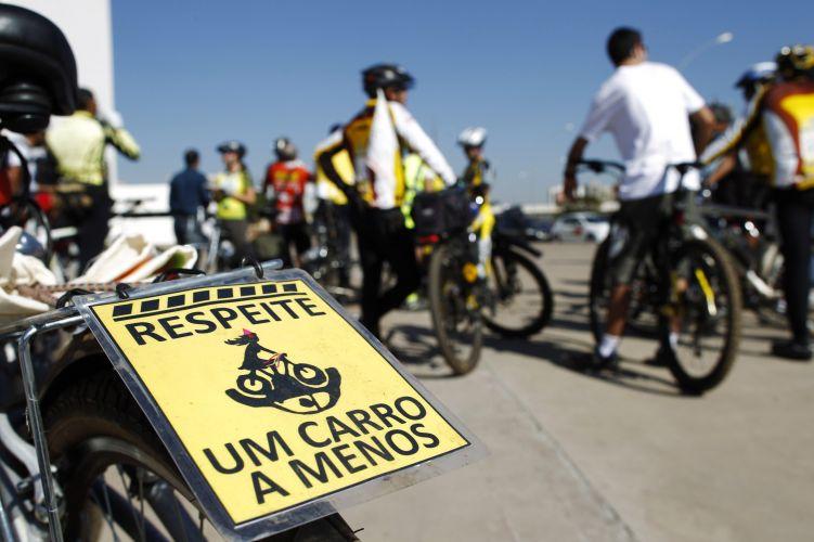 Ciclistas promovem o Dia Mundial Sem Carro, em Brasília. Na placa a mensagem: