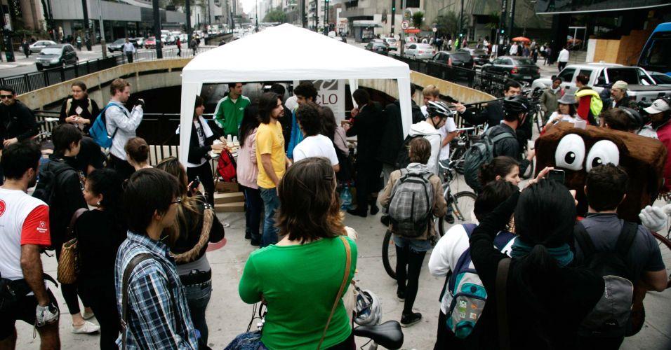 A Ciclocidade, Associação dos Ciclistas Urbanos de São Paulo, serve um café da manhã na Praça do Ciclista, no cruzamento da Avenida Paulista com a Rua da Consolação, na manhã desta quinta-feira (22), Dia Mundial Sem Carro