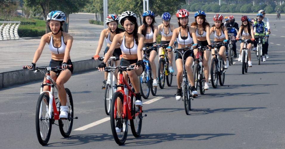 Garotas andam de bicicleta pela cidade de Zhengzhou, capital da província de Henan, China, nesta quinta-feira (22), Dia Mundial Sem Carro. O evento foi realizado para promover o conceito do transporte alternativo em cidades chinesas