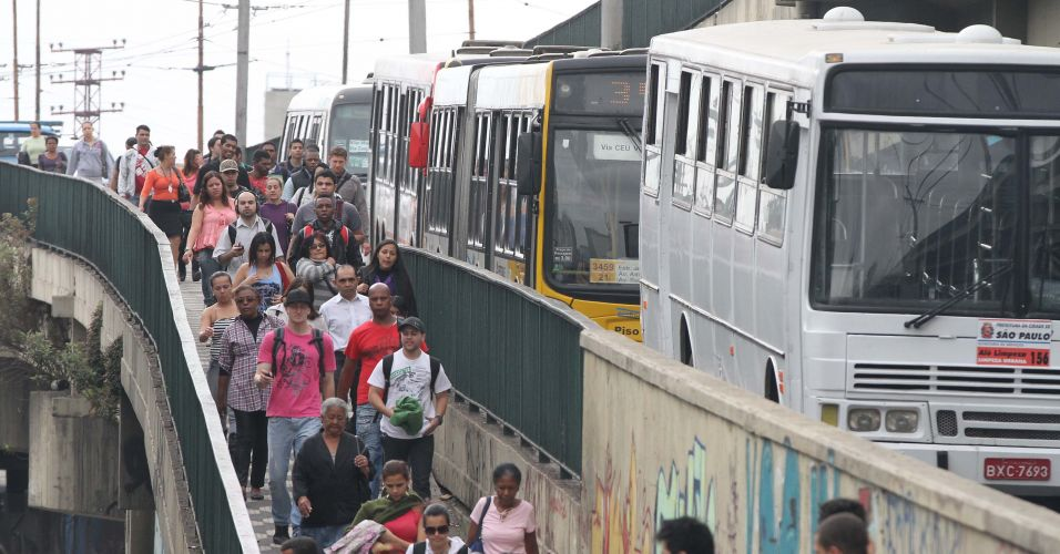 Trânsito congestionado na Avenida Radial Leste, em São Paulo, na manhã desta quinta-feira (22), Dia Mundial Sem Carro. Devido à demora, alguns passageiros do transporte coletivo abandonaram os ônibus e fizeram o trajeto a pé. Hoje foi o primeiro dia de funcionamento da faixa exclusiva de ônibus da Radial Leste, numa tentativa de melhorar a fluidez do transporte coletivo