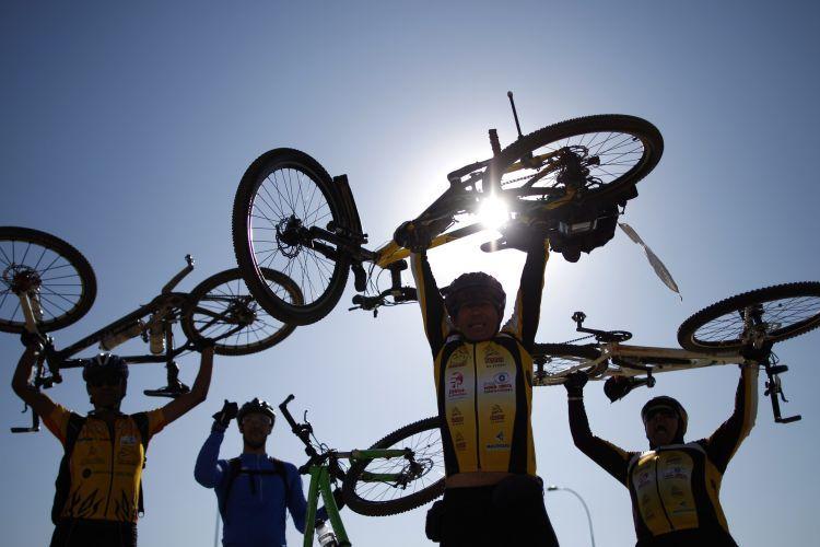 Ciclistas promovem o uso da bicicleta em frente a Esplanada dos Ministérios, em Brasília
