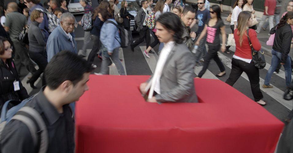 No Dia Mundial Sem Carro, para protestar contra o espaço usado pelos carros nas ruas, homem usa