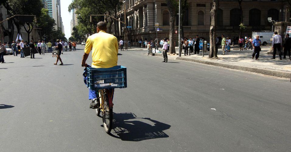 Carteiro passa de bicicleta pela av. Rio Branco, no centro do Rio de Janeiro, antes do protesto contra o projeto que reduz os royalties do petróleo para os Estados produtores (Rio e Espírito Santo)