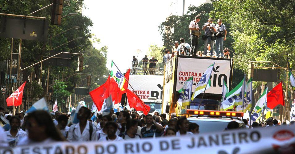 Pessoas protestam no centro do Rio de Janeiro contra o projeto que reduz os royalties do petróleo para os Estados produtores (Rio e Espírito Santo)