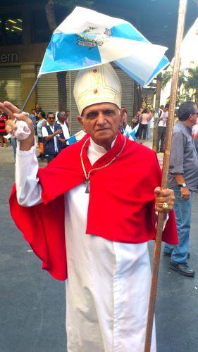 Sósia do papa Bento 16, vivido pelo autônomo Alberto Travesedo, 72,